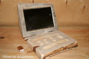 Itu sülearvuti, puidust läpptopp, facebook, mis näitab, kes sa tegelikult oled – selline tõehetke sülearvuti. Tegelikult on peegel koos kosmeetikatarvete jaoks mõeldud alusega.